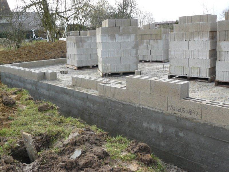 1er rang de parpaing notre construction - Comment monter un mur de cloture ...